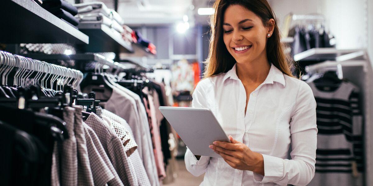 Frau im Laden mit Tablet