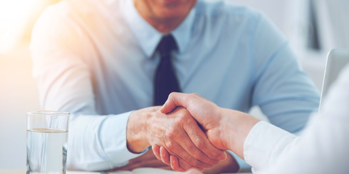 Handschlag zweier Geschäftsleute