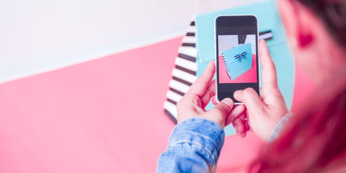 junge Frauen, die mit Smartphone fotografieren
