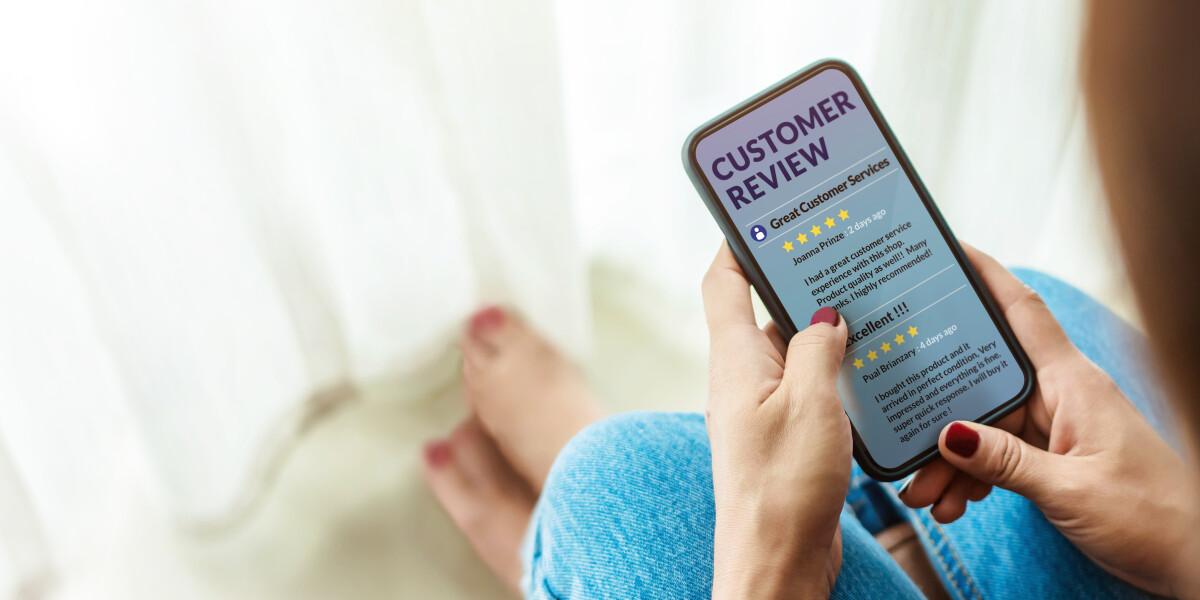 Kundin informiert sich übers Internet und über Online Bewertungen zu Qualität der Produkte
