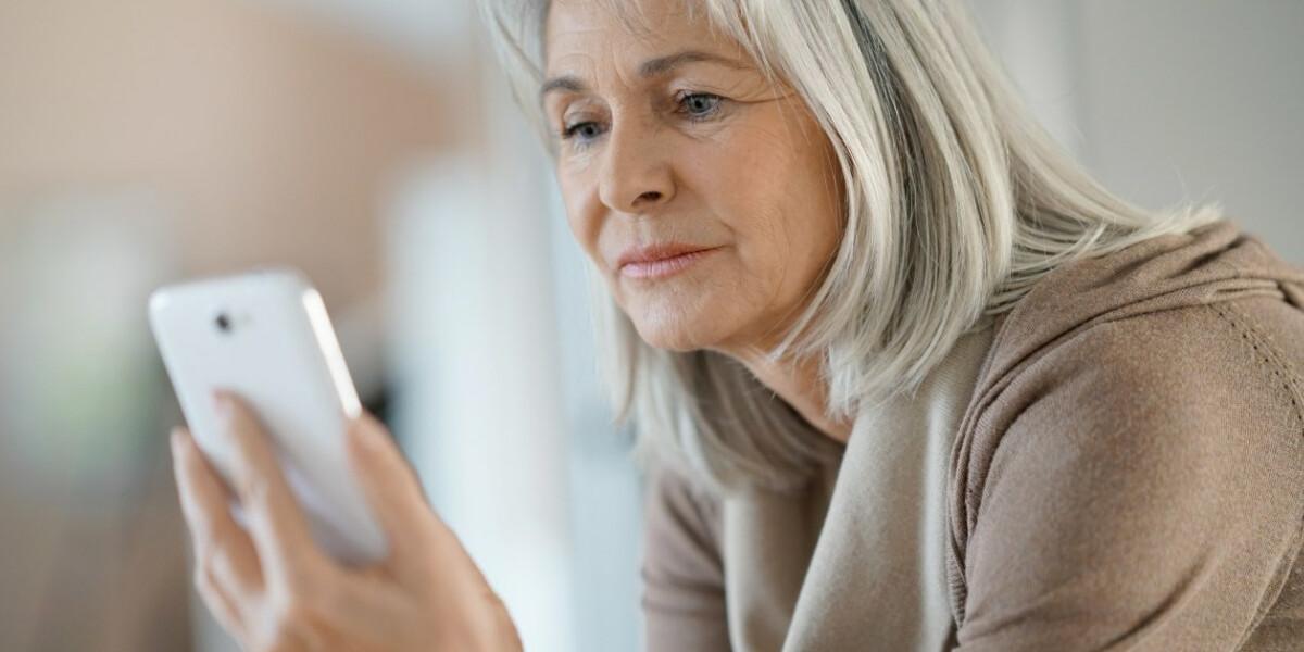 Seniorin mit Smartphone