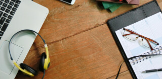 Headset Block Laptop Stifte Terminkalender Brille