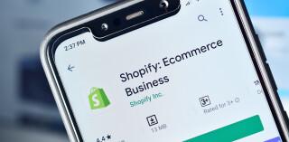 Shopify wird auf Smartphone heruntergeladen und installiert