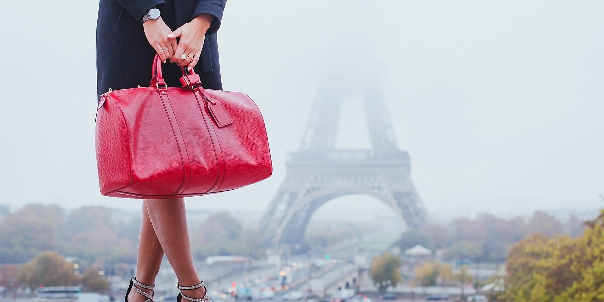 Frau mit Handtasche in Paris