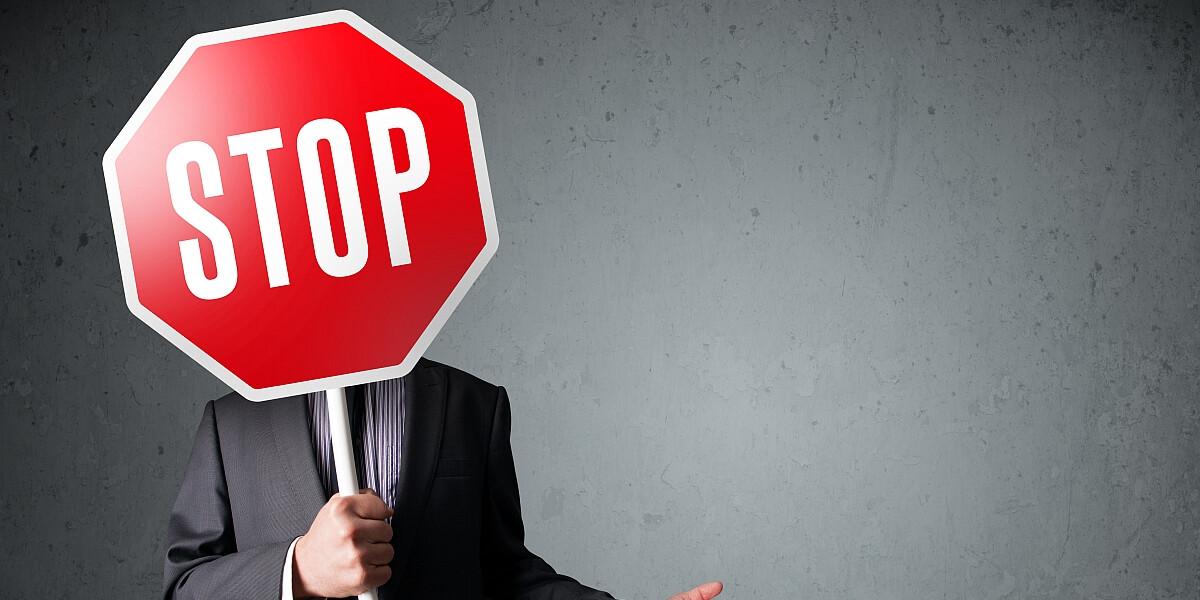 Mann mit Stopschild