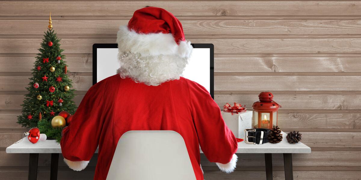 Weihnachtsmann vor Computer