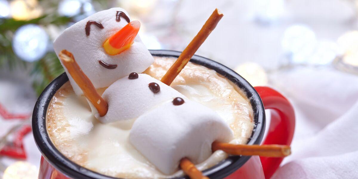 Schneemann aus Marshmellows in Heißgetränk