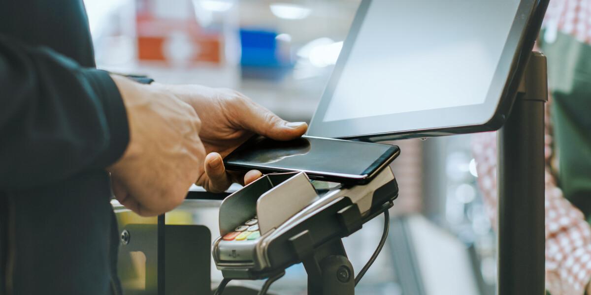 Kontaktloses Zahlen per NFC-Technik in Smartphone
