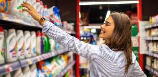 Einkaufende Frau im Supermarkt