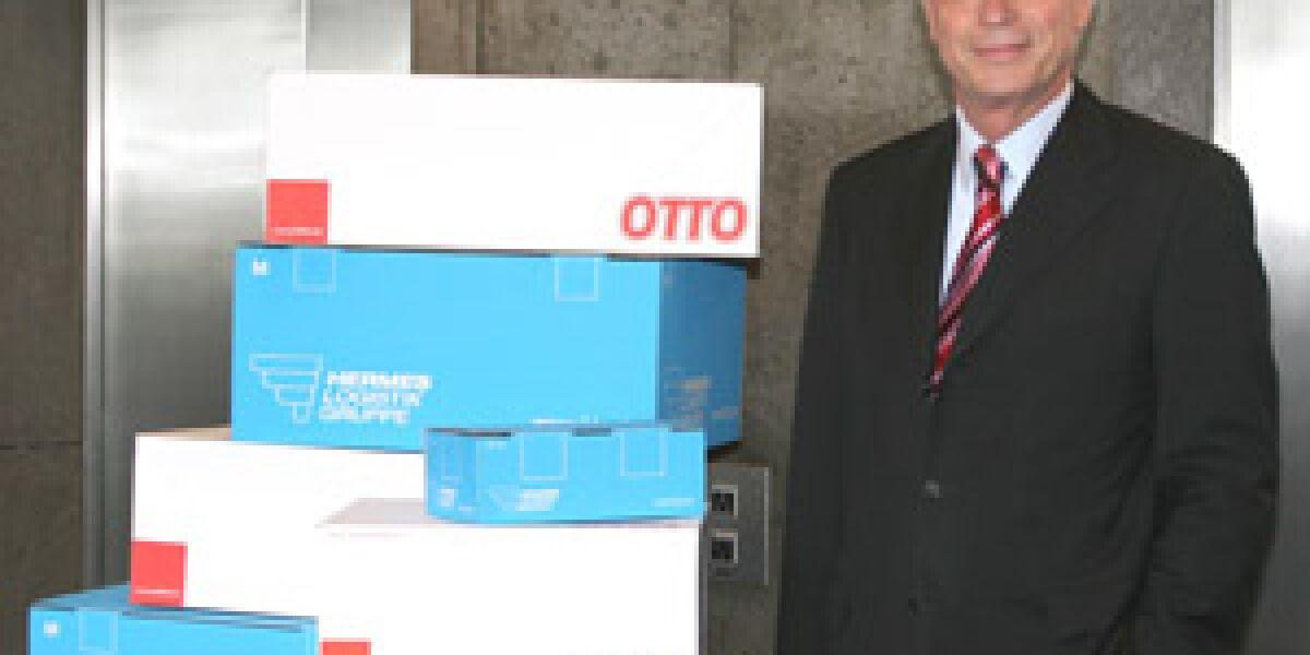 Dr. Michael Otto mit Paketen