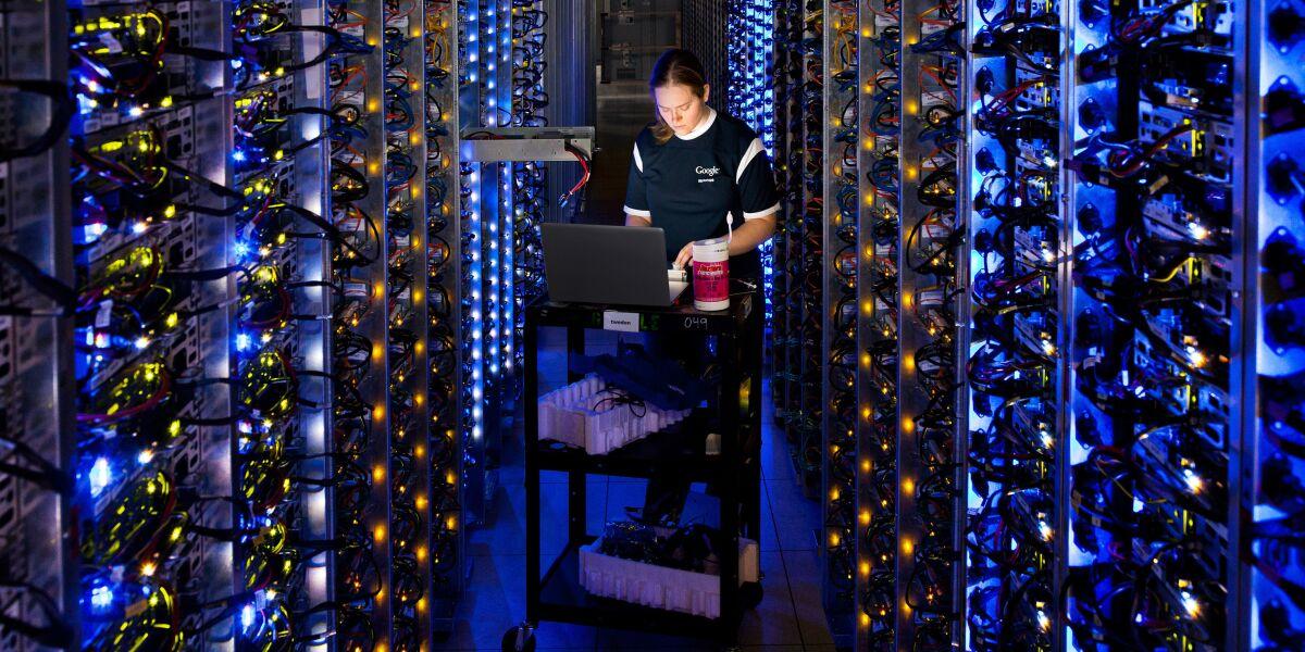 Frau in einem Datacenter von Google