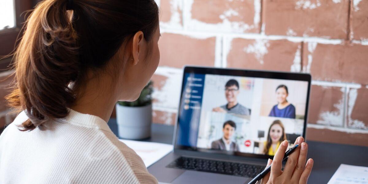 Frau im virtuellen Call mit Kollegen