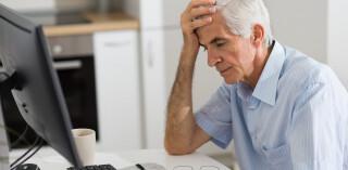Älterer Mann vor dem Computer