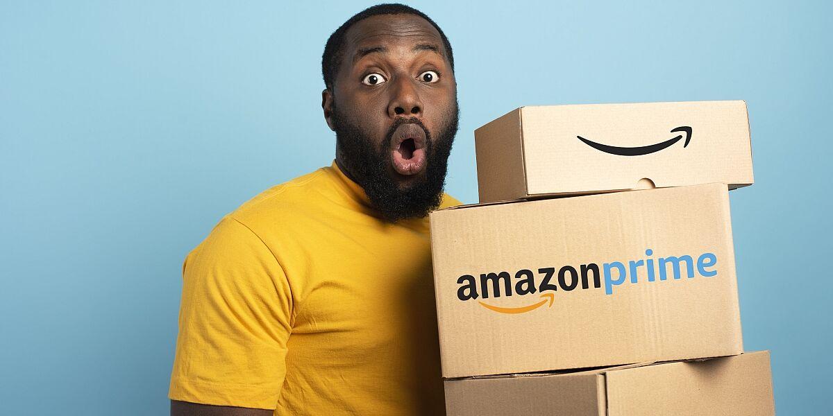 Mann mit Amazon Prime Paket