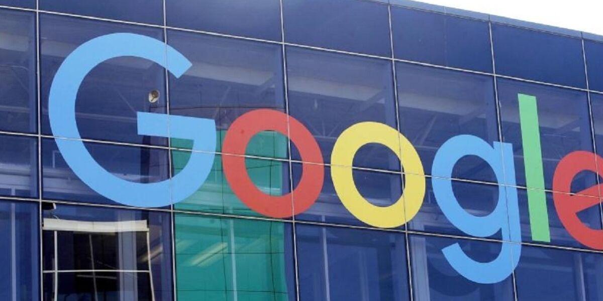 Google-Logo an der Fassade des Hauptsitzes des Mutterkonzerns Alphabet in Mountain View