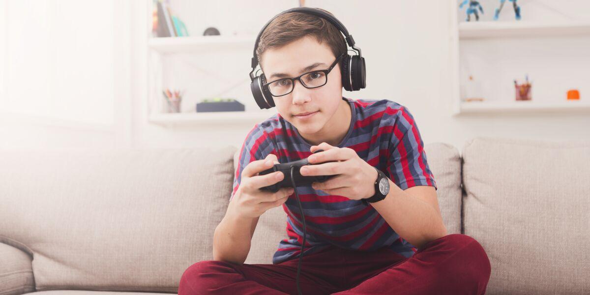 Jugendlicher spielt Game