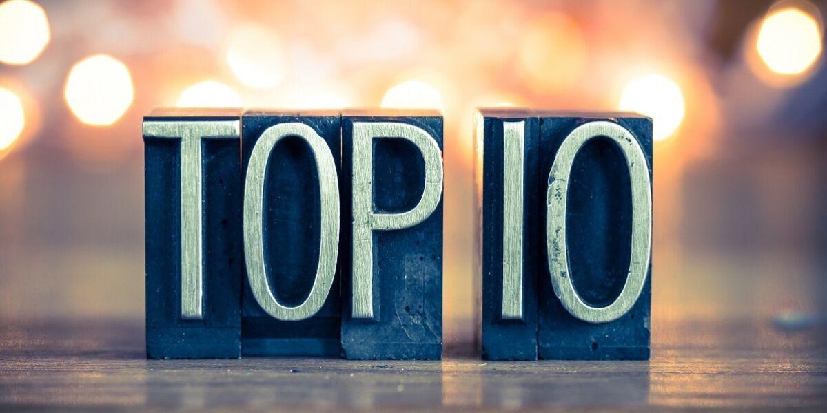 Das Wort TOP 10, geschrieben in Vintage Metal Letterpress-Typ auf weichem Hintergrund.