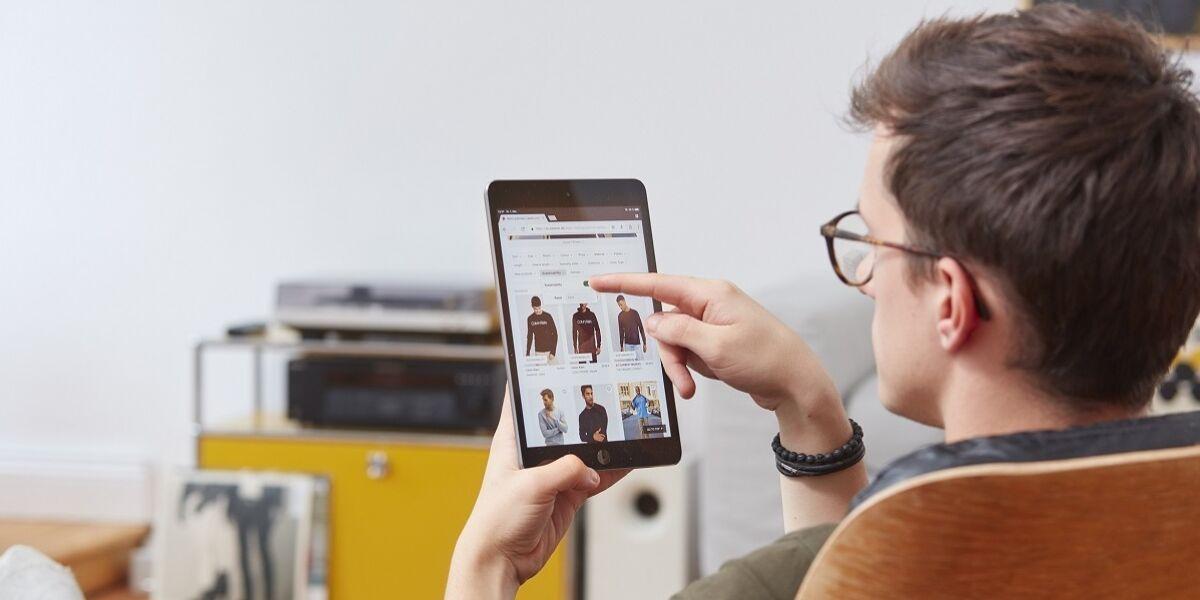 Mann mit Tablet beim Online-Shopping