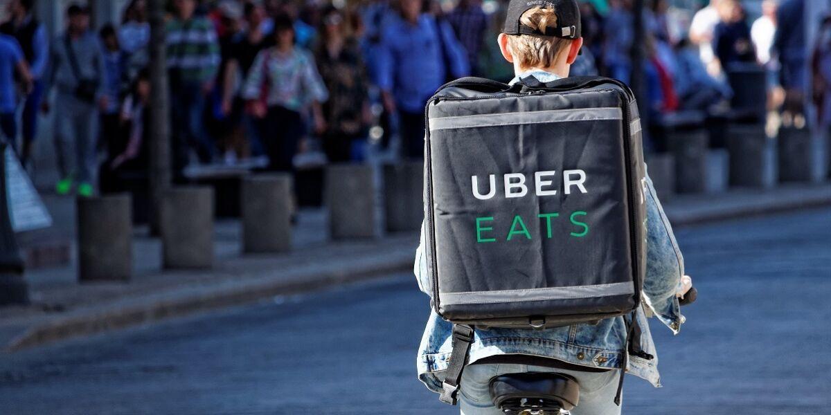 Fahrradfahrer mit Uber Eats Lieferung