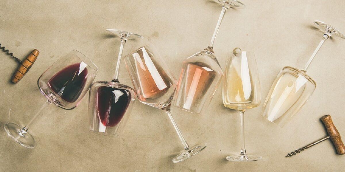 Flachlage aus Rot, Rose und Weißwein in Gläsern und Korkschrauben