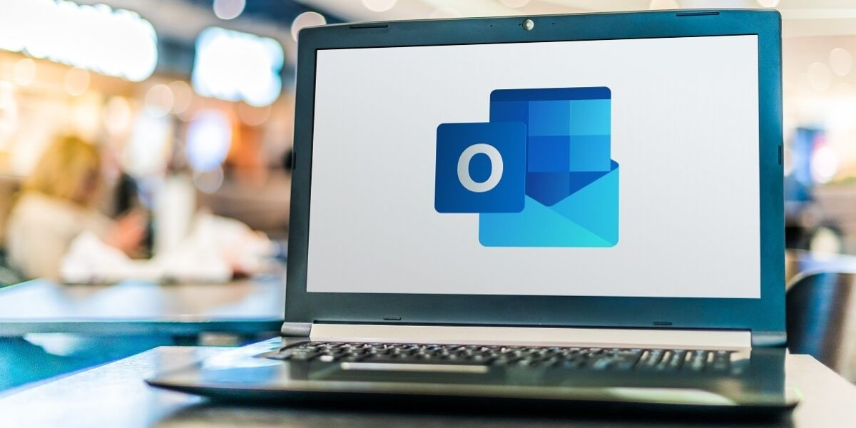 Laptop-Screen mit Logo von Microsoft Outlook
