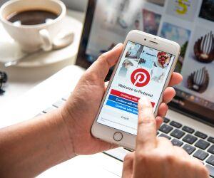 Pinterest App auf Smartphone und Laptop-Screen