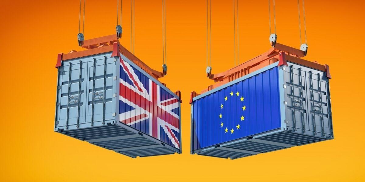 Frachtcontainer mit der Flagge der Europäischen Union und des Vereinigten Königreichs