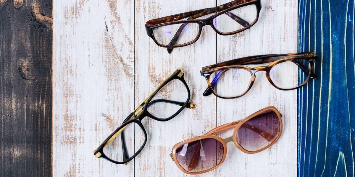 Brillen auf Holzhintergrund