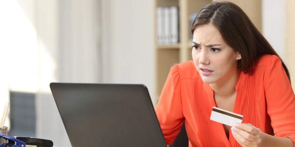 Frau besorgt über Probleme beim Online-Kauf mit einer Kreditkarte
