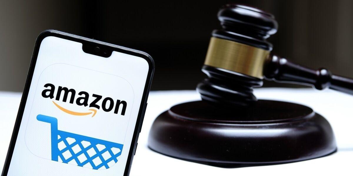 Amazon Logo auf Smartphone neben einem Richterhammer