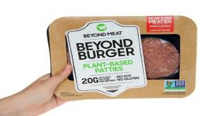 Ein Beyond Meat-Produkt wird vor die Kamera gehalten