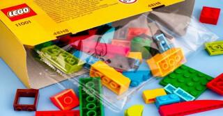 Geöffneter Lego Karton, Spielsteine liegen davor