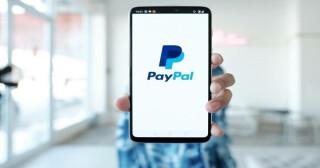 Ein Smartphone mit dem PayPal-Logo auf dem Bildschirm