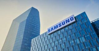 zwei große Gebäude mit dem Samsung Schriftzug