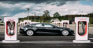 Ein Tesla zwischen Ladesäulen