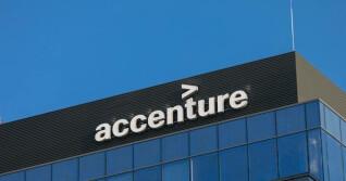 Accenture Logo auf Gebäude