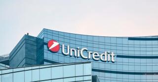 Unicredit Schriftzug auf großem Gebäude