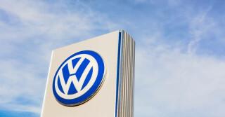 Volkswagen Logo auf Schild vor blauem Himmel