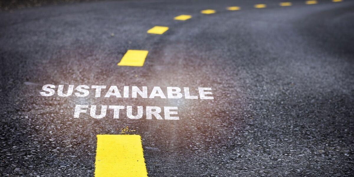 Nachhaltiges zukunftsweisendes Wort auf Asphaltstraßen mit Markierungslinien