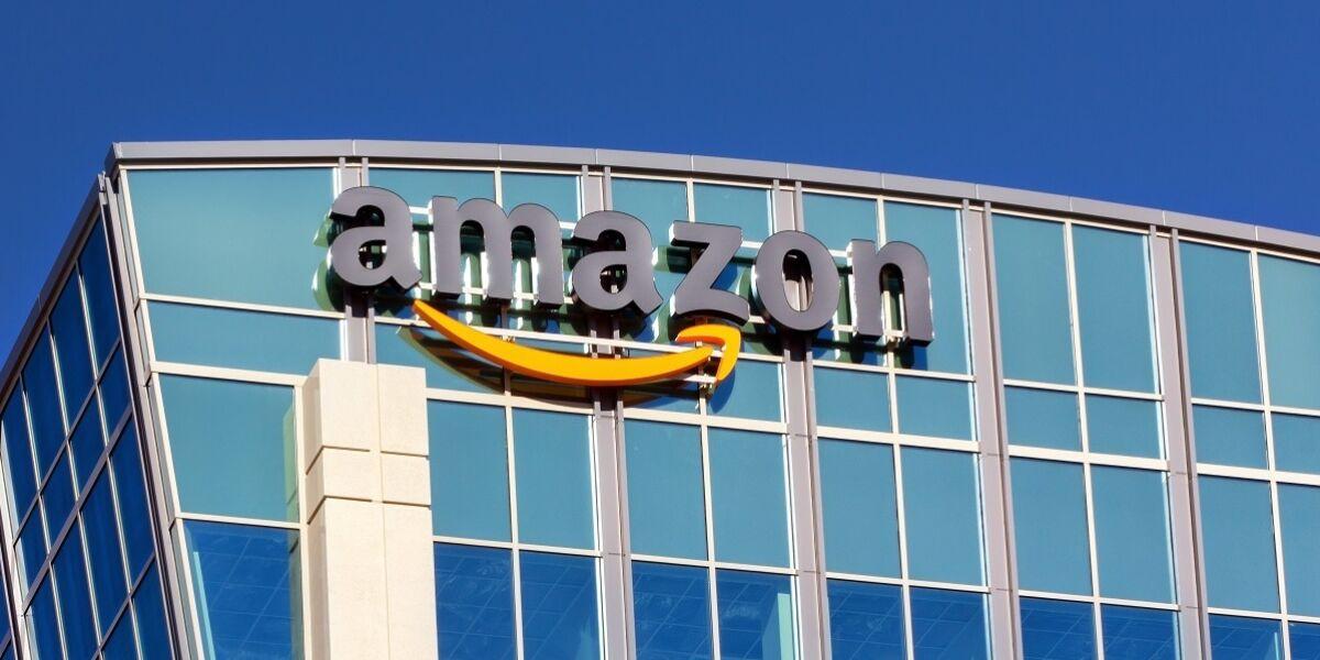 Gebäude mit Amazon-Logo