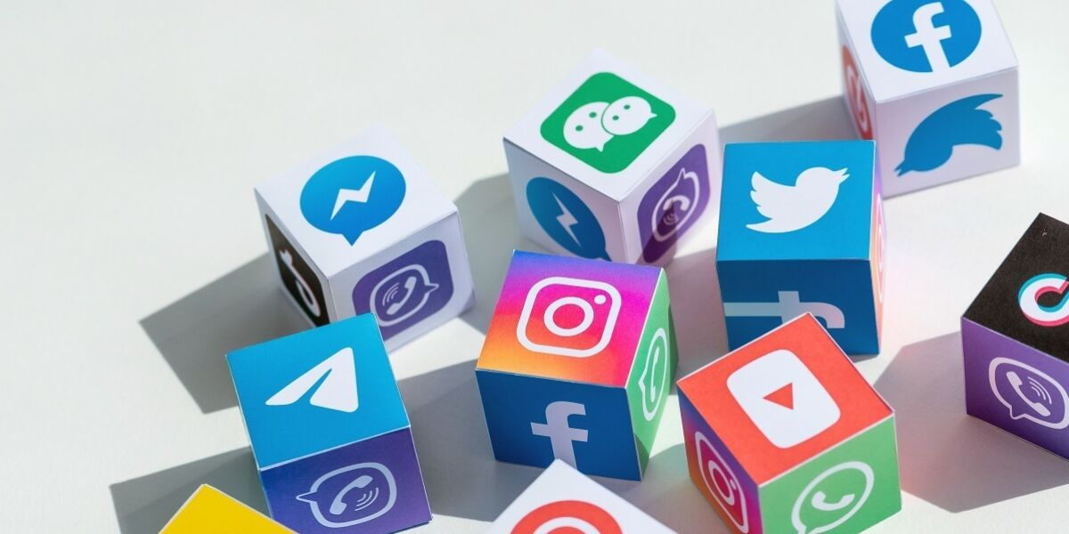 Würfel mt Logos von verschiedenen sozialen Netzwerken