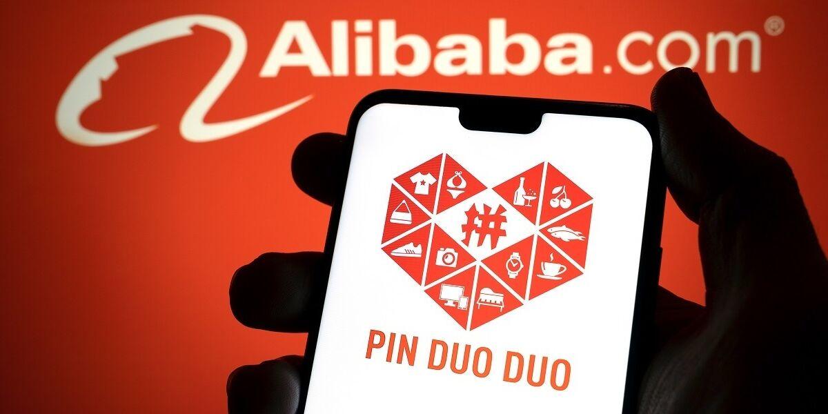 Pinduoduo Logo auf Smartphone, im Hintergrund Alibaba Logo