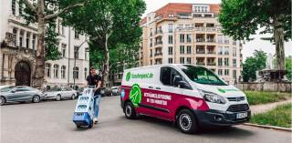 Flaschenpost-Fahrzeug mit Fahrer in Innenstadt