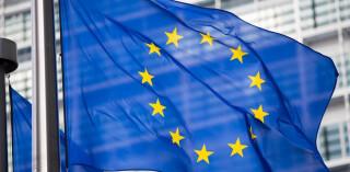 EU-Flagge vor Berlaymont-Gebäudefassade