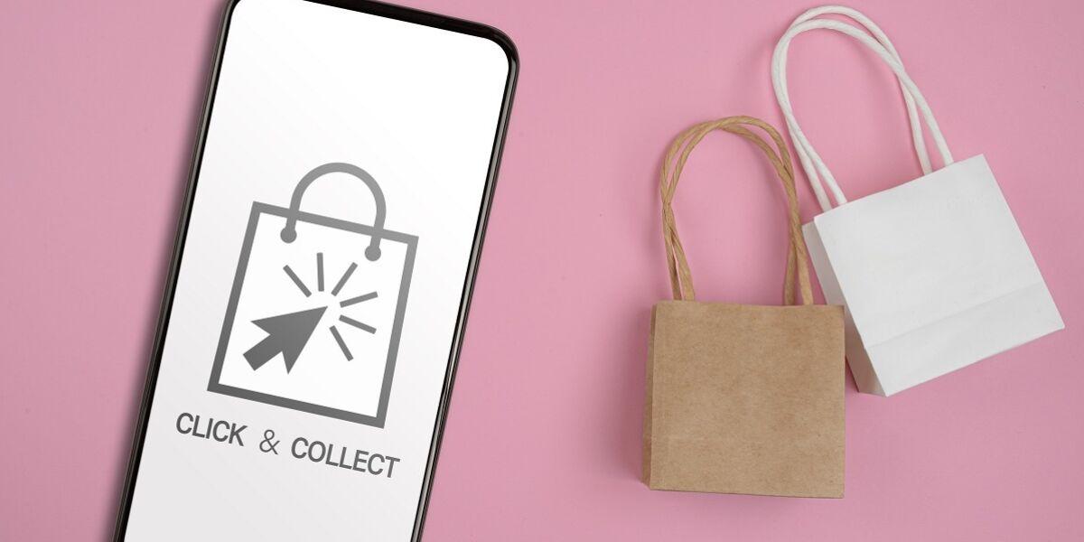 Click&Collect symbol auf Smartphone und Einkaufstüten vor rosa Hintergrund