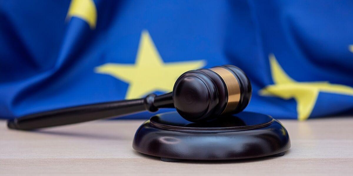 Flagge der Europäischen Union und Richterhammer