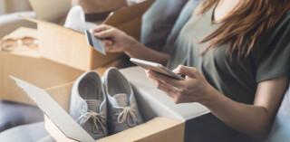 Online-Shopperin mit Paket
