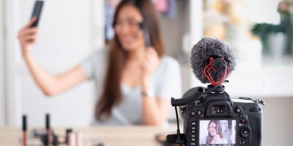 Influencerin bei Aufnahme eines Videos für Make-up
