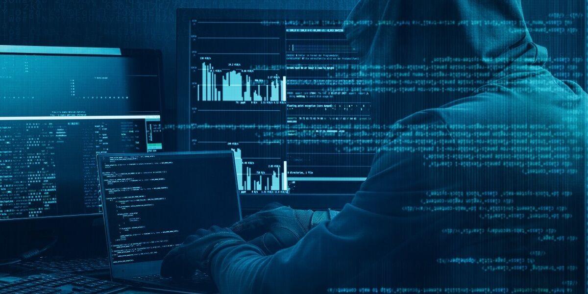 Hacker arbeitet an einem Code auf dunklem digitalen Hintergrund
