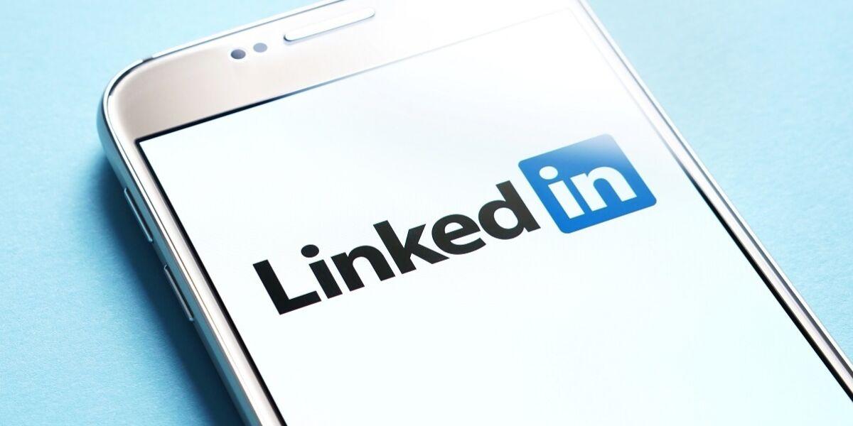 LinkedIn-Logo auf Smartphone-Screen